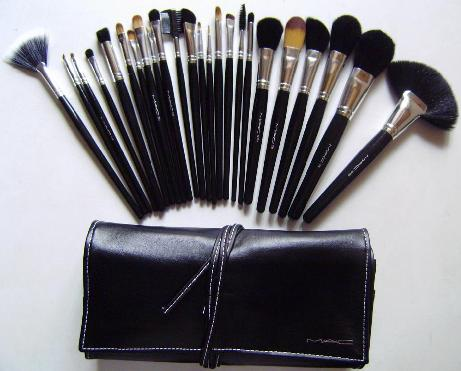 MAC 180 colors eyeshadow palette+ 24 piece brushes gh